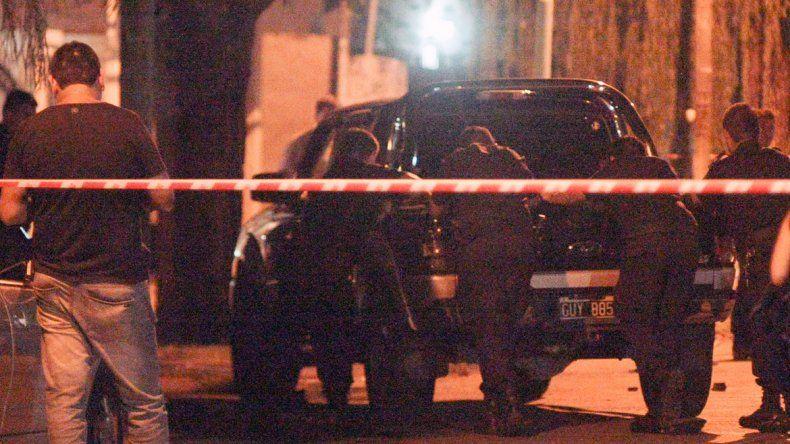 Peritos policiales trabajando en el lugar donde se produjo el tiroteo entre el policía y los delincuentes
