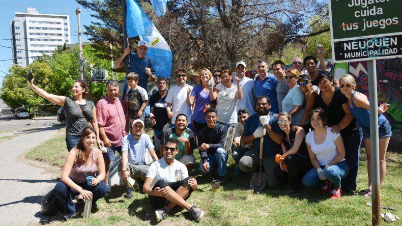 Concejales del MPN limpiaron una plaza céntrica