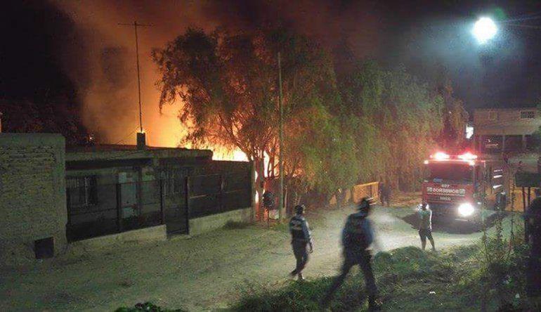 Vecinos incendiaron una casa de un supuesto narco