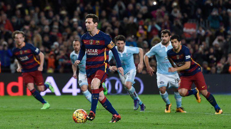 Penal. Messi toca para Suárez en vez de patear y Lucho define. ¿Qué tal?