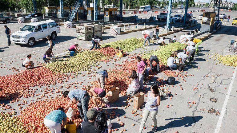 Mucha gente aprovechó la protesta para llevarse manzanas y peras.