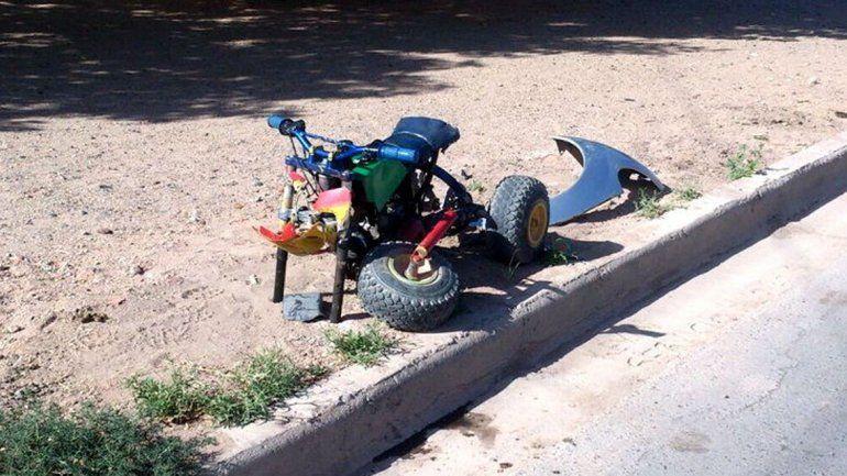 El vehículo quedó sin sus dos ruedas delanteras.