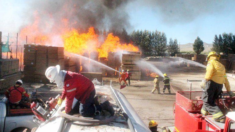 El incendio se originó en una de las calles laterales del predio.