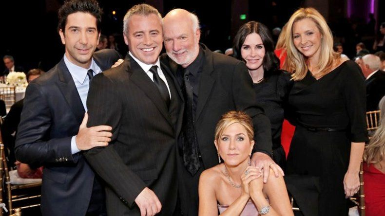 Burrows en el centro posa con casi todo el elenco de Friends: David Schwimmer