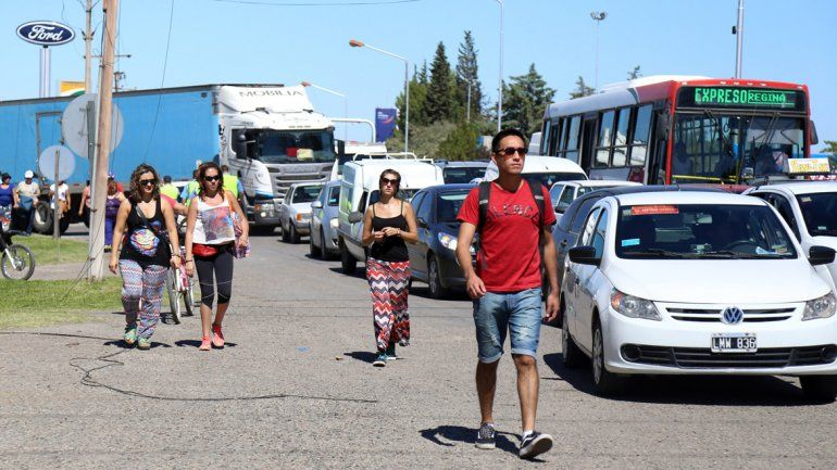 Los trabajadores estatales junto a organizaciones sociales marcharon del centro de la ciudad al puente carretero