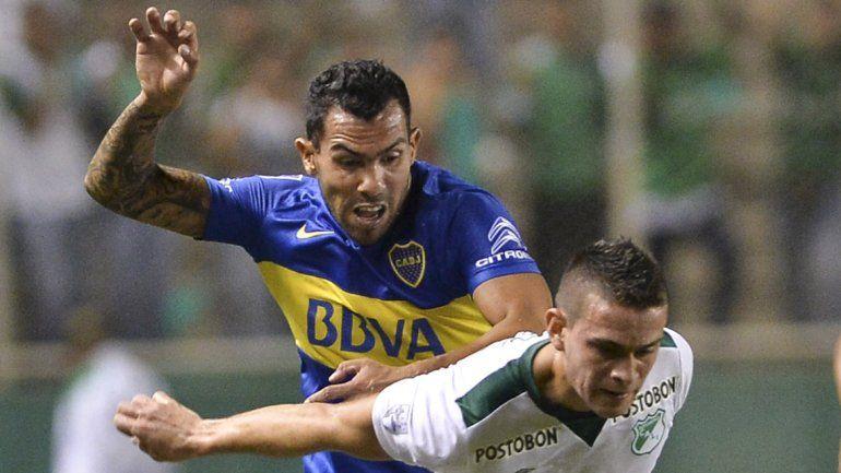 Tevez fue víctima del juego brusco colombiano y reaccionó mal. Zafó de la roja.