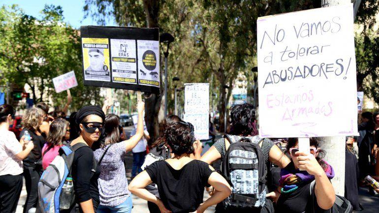 La Revuelta encabezó el escrache al fotógrafo en la sede del EPAS donde trabaja. Hubo pintadas y pancartas.