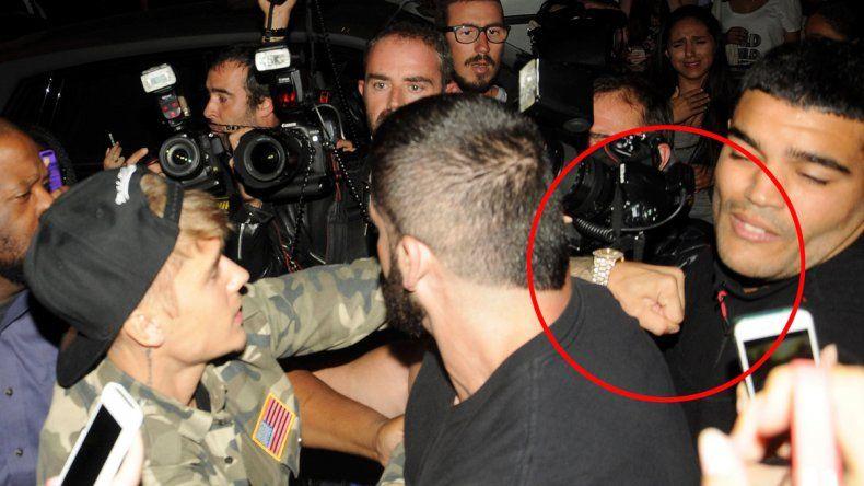 A las piñas. En París Justin perdió el control y se peleó con los fotógrafos.
