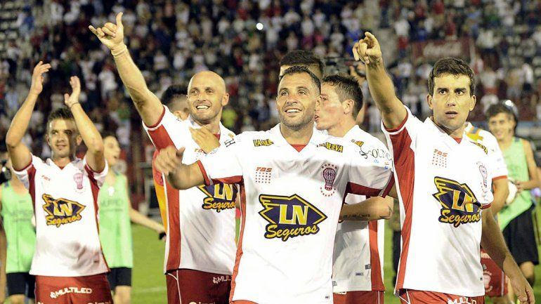 Los jugadores de Huracán les dedican el empate a Toranzo (foto) y Mendoza