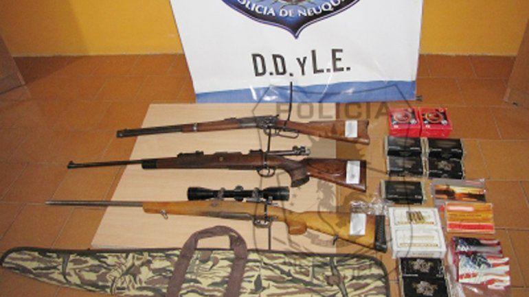 Los dos fusiles Mauser y el Winchester secuestrados en el barrio San Lorenzo.