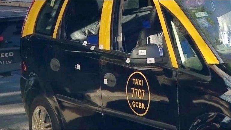 El taxi y la muestra de los impactos de bala en la noche porteña.
