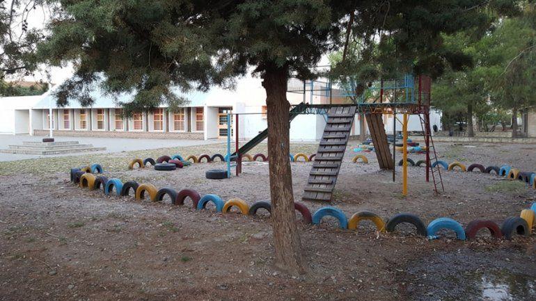 Una nena se metió en una escuela cerrada y se cayó de un tobogán