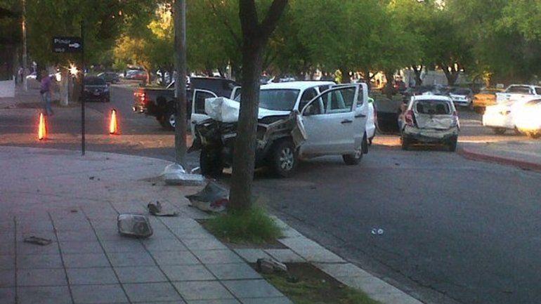 Chocó a un auto y terminó contra un poste de luz