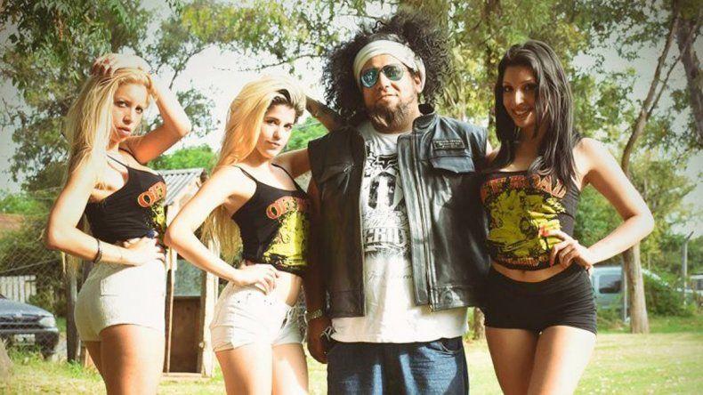 Cheff Bonzay con algunas de las modelos a las que solía fotografiar. Su verdadero nombre era Paulo Arce.