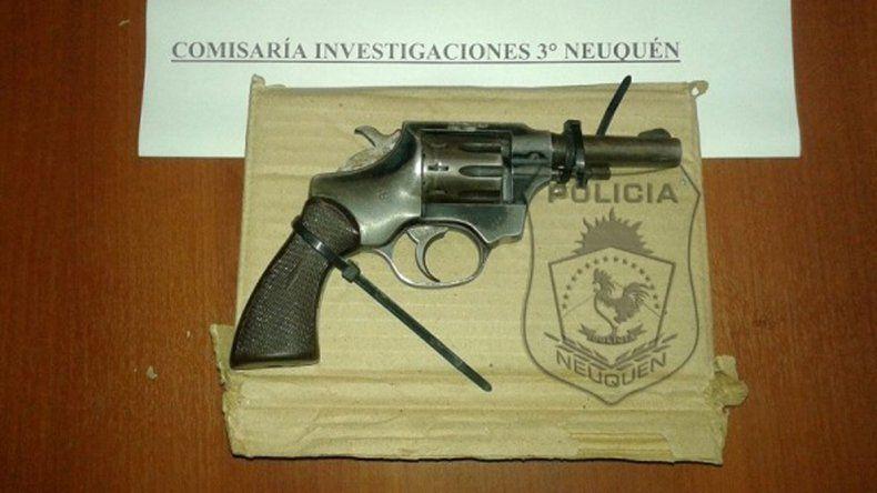 El revólver calibre 32 que le secuestraron al agresor del policía.