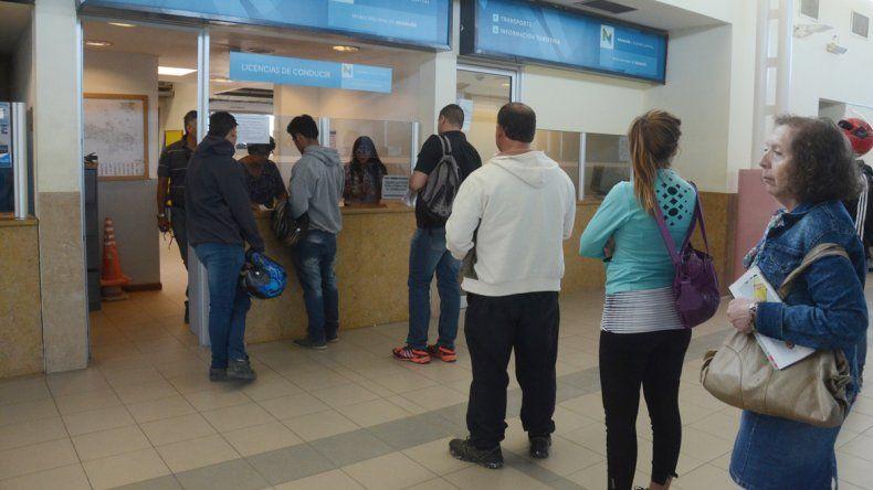 En Neuquén hay un auto cada dos habitantes. El permiso que se otorga en los centros habilitados por el Municipio sirve durante cinco años.