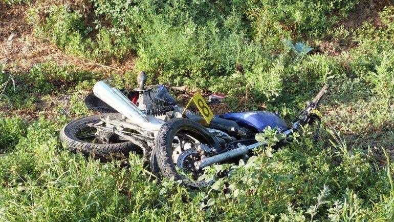 La moto quedó tirada a varios metros del lugar del choque.