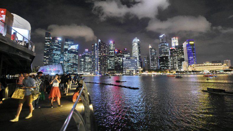 Turistas durante un paseo nocturno por la carísima ciudad de Singapur.