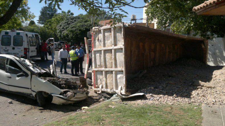 Camionero aplastó un auto estacionado en la rotonda de Illia y San Juan.