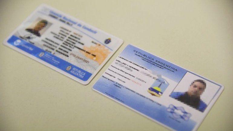 Los carnets que comercializaba un municipal de Comodoro Rivadavia.