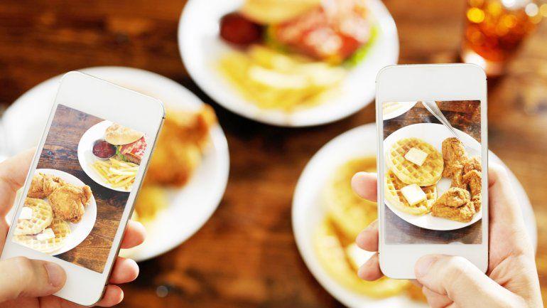 Si bien muchos consideran que sentarse a la mesa con un smartphone o un dispositivo es de mala educación