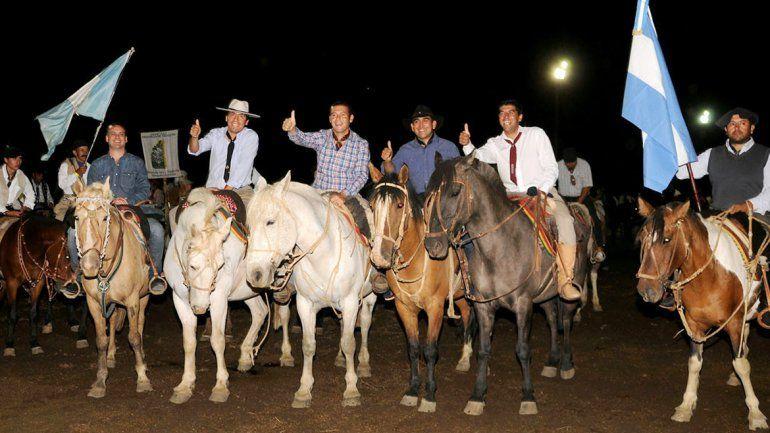 El gobernador ingresó a caballo al predio de la Fiesta del Veranador.