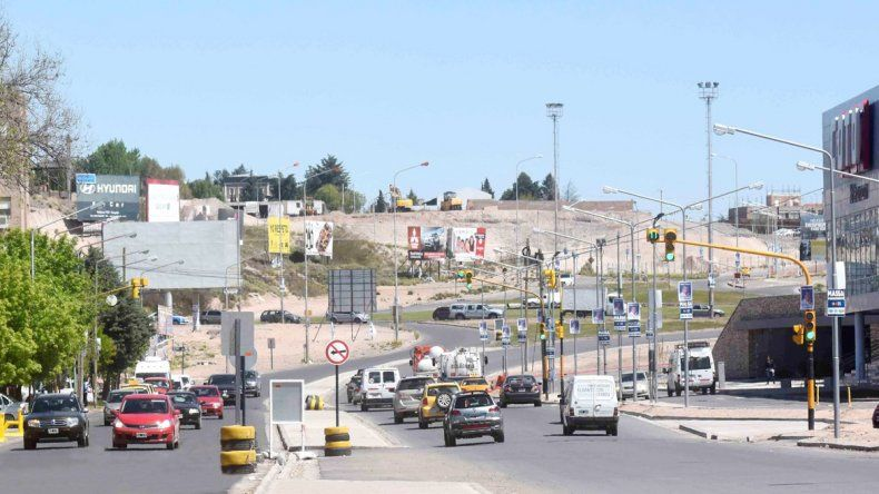 La llegada del hipermercado y el shopping modificó el día a día de un barrio que vivía tranquilo. El tránsito de autos y peatones es constante