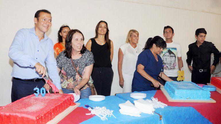 El gobernador cortó la torta de cumpleaños.