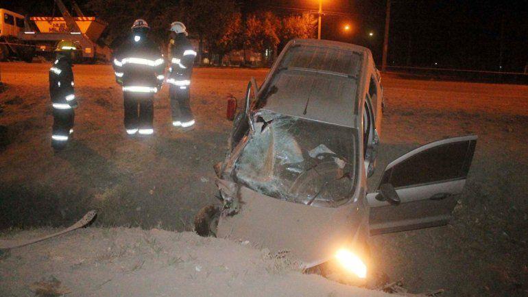 El retrato del espanto: la camioneta terminó en un zanjón con el parabrisas destruido. El conductor bajó por sus propios medios. El cuerpo de una de las jóvenes quedó en la banquina.