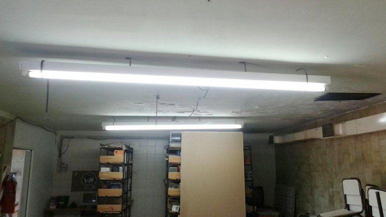 El cielorraso está destruido y hay cables pelados en el CPEM 88.