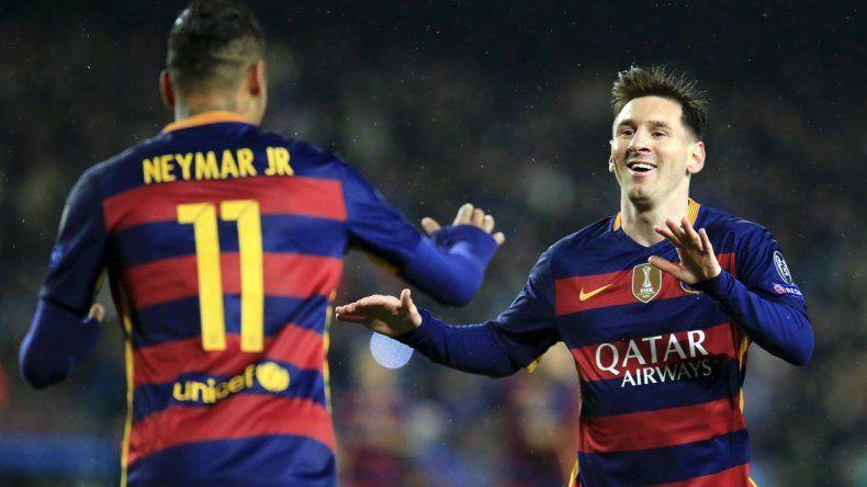Messi y Neymar festejan uno de los goles.