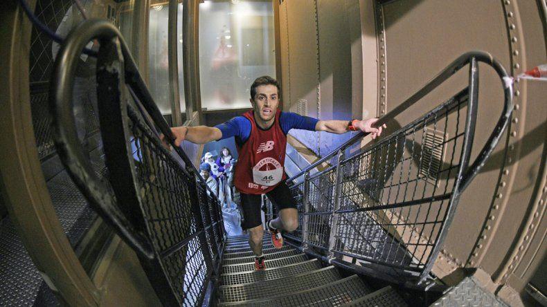 Un competidor asciende a la cima de la torre parisina por las escaleras.