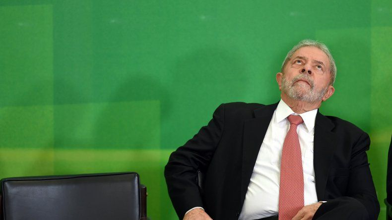 Lula Da Silva parece buscar explicaciones en el cielo a la imposibilidad de ejercer como jefe de Gabinete de la presidenta Dilma Rousseff.
