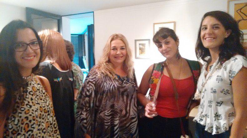 Viviana Campetti junto a un grupo de invitadas y artistas.