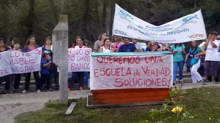 La comunidad reclama la urgente cesión de un terreno al CPE para el colegio.