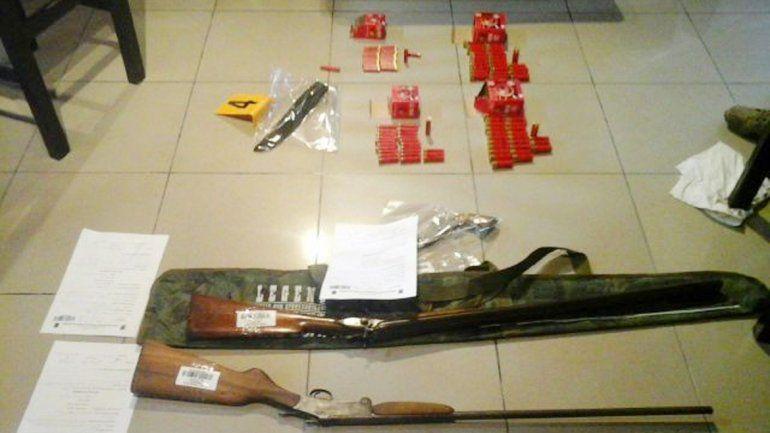 Las escopetas que tenían los dos hombres detenidos en su casa.