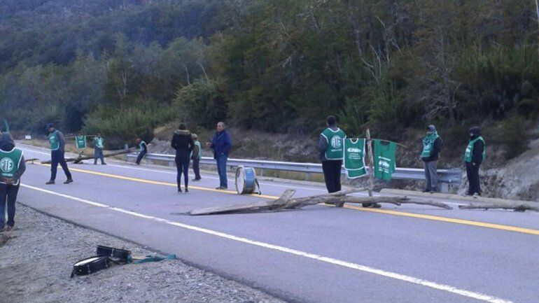 Municipales de Villa Traful llevaron su reclamo a la Ruta 40