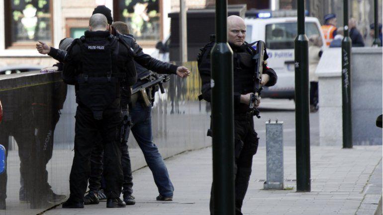 La Policía está haciendo redadas por toda la ciudad en busca de los sospechosos.