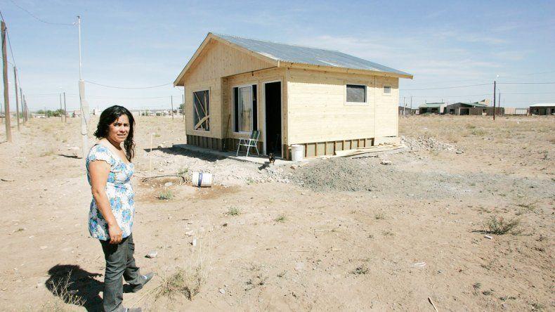 Roxana se metió en la casa de los delincuentes y pudo recuperar algunas partes de su vivienda prefabricada.