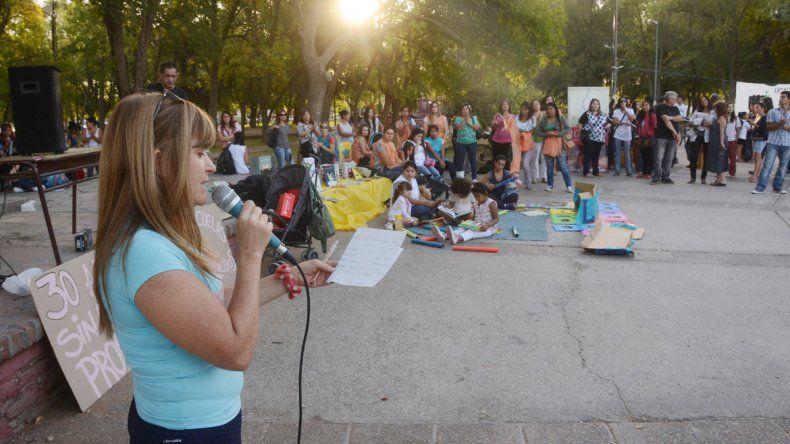 La comunidad educativa realizó un acto de protesta en la plaza.