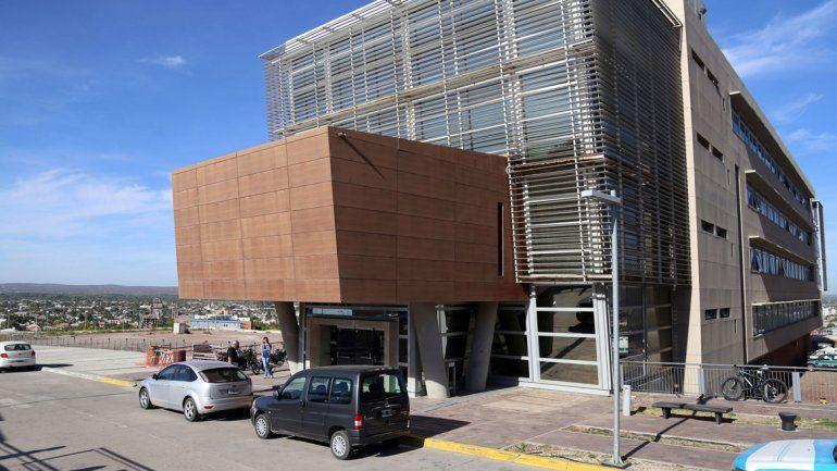 El edificio de la CAM cada tanto tiene problemas y se retiran los empleados.