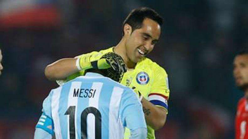 Bravo consuela a Lio en la final del 2015 en Chile. ¿Habrá revancha?