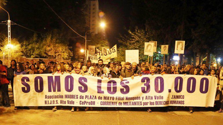 Somos los 30 mil y más fue la consigna que enarbolaron los organismos de derechos humanos que se movilizaron ayer por las calles del centro de la ciudad