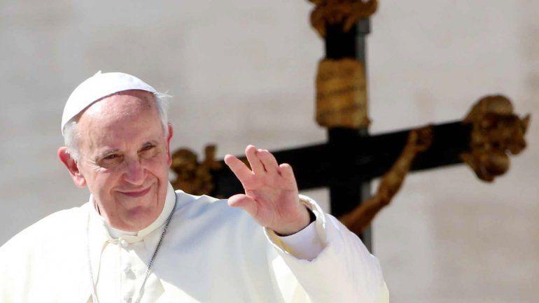 El papa Francisco repartió bolsas de dormir a los sin techo