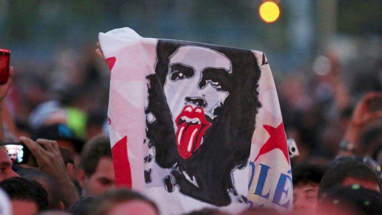 La figura del Che Guevara con la clásica lengua de la banda