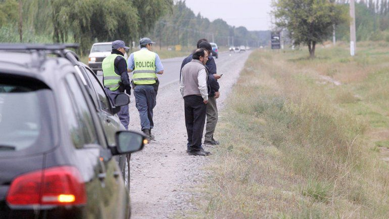 El cadáver del conductor yace a un costado de la Ruta 7 tras el fatal accidente. La Policía intervino en el lugar.