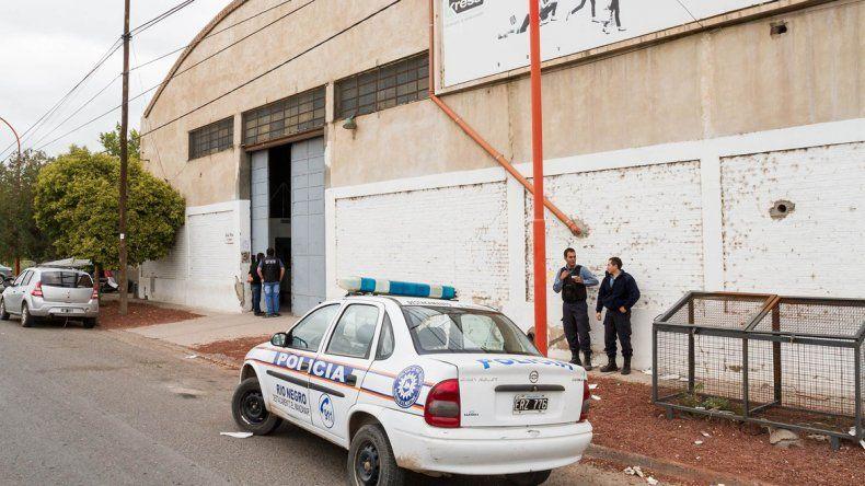 La Policía rionegrina realizando pericias en el depósito de Blancoamor.