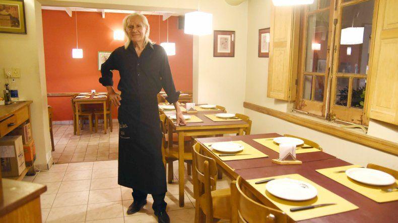 Toni Vélez llegó a Neuquén de visita y se quedó para trabajar de barman.