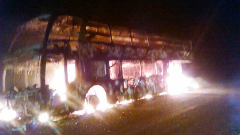 Milagro en la Ruta 237: se incendió un colectivo que venía a Neuquén
