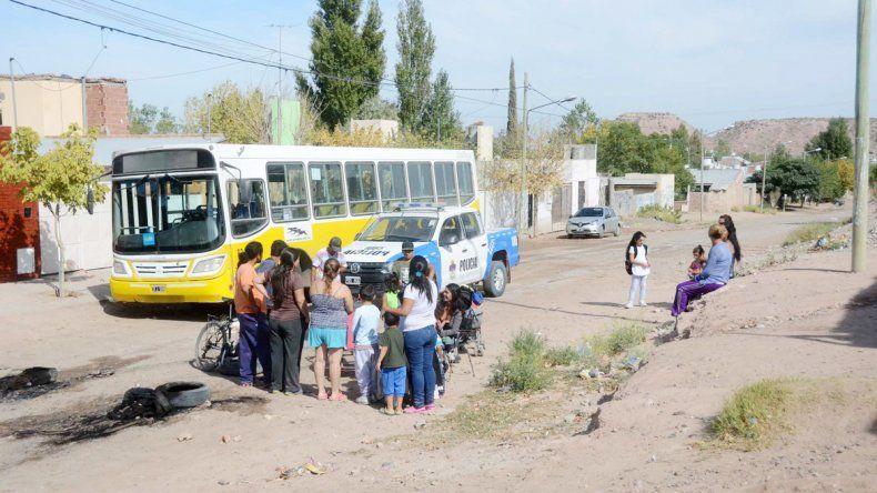 El colectivo fue retenido en el barrio. En horas de la tarde lo liberaron frente a la convocatoria del Gobierno.